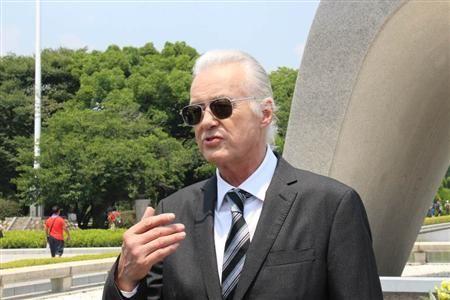 ジミー・ペイジ 広島平和公園を訪れる