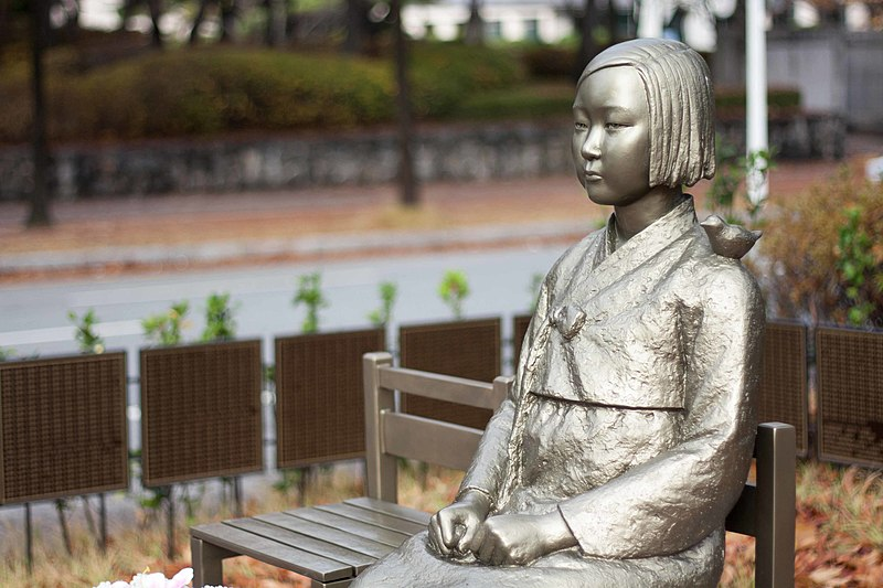800px-Peace_statue_comfort_woman_statue_위안부_소녀상_평화의_소녀상_(2)_(22940589530)[1]