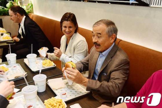韓国 ハリス 自制 失望 GSOMIA シェイクシャックバーガー