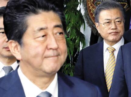 安倍首相、韓国の文在寅大統領とはあまり目も合わせず硬い表情のまま握手 … 約5秒握手を交わした後、記念撮影のため壇上へと促す