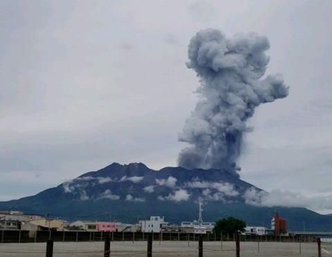 大雨が収まり始めた鹿児島、今度は桜島が噴火、噴煙が3000mを越え、東側の地域では降灰の可能性