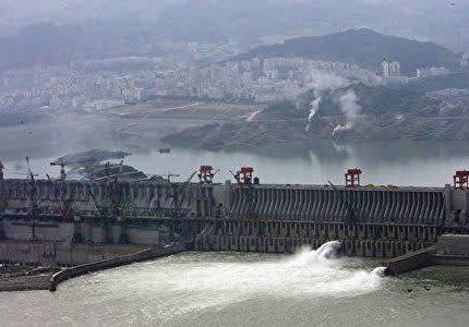 中国の世界最大級のダム「三峡ダム」、亀裂が大量に見つかるなど問題が山積、SNS上では「ダムはすでに歪んでいる」 … 中国政府&三峡グループ「すべて正常で安心して良い。定期的に細かな管理を行っているため心配するには及ばない」