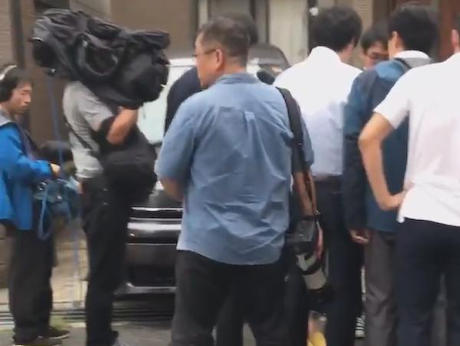 京アニ放火事件の被害者に献花しようとした一般人、マスコミに囲まれ無断でカメラを向けられたり「ここまで来た甲斐があったw」と笑われる