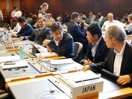 朝日新聞社説 「日韓は今や、互いを非難しあう連鎖に陥った。WTOでは日韓の対立を国際的に印象付けた。河野太郎外相は韓国大使の発言を遮り『極めて無礼だ』と面罵した。韓国をホワイト国から外す措置は日本経済の足も引っ張りかねないから取り下げるべきだ」