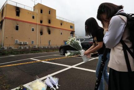 京アニ放火事件から1ヶ月、マスコミ「犠牲者35人の内、実名報道されたのは10人のみ。異常だ」「実名公表の判断が遺族側に委られた。前代未聞だ」「今後は被害者に記号が割り振られる。そんな社会が健全なのか」