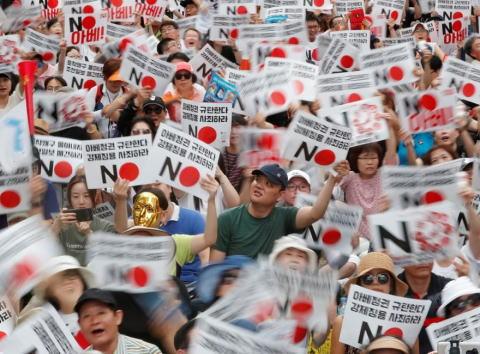 日韓両国の対立、米メディアの報道に変化 「韓国では国を挙げて国旗毀損など過激な反日デモと