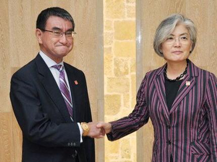 パヨク「河野太郎が康京和外相と握手した時、右腕に『金時計』をこれ見よがしにひけらかしていた。恥を知れ!日本人は慎ましさが矜持だ」→ 河野外相「竹製ですが、何か(画像)」