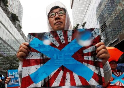 朝日新聞・英字版 「韓国はIOCに対し、ナチスの鉤十字と同様の旭日旗を禁止するよう求めた」「多くの韓国人は旭日旗を見ると植民地支配を思い起こさせて憤慨する。他のアジア諸国も同様だ」