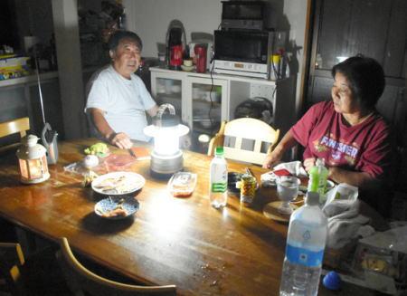 台風15号で大きな被害を受けた千葉県の被災者 「もう限界」 … 長引く停電に断水解消後も飲めない水、足踏み洗濯、食卓にロウソク