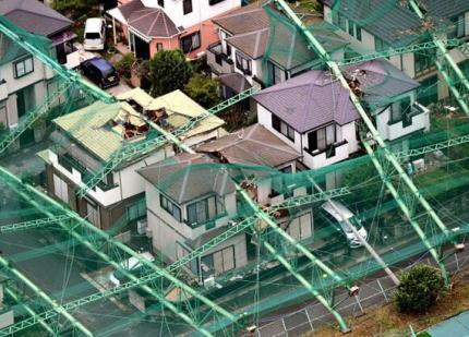 鉄柱が倒れて近隣の住宅を押しつぶした千葉のゴルフ練習場、撤去作業について 代理人弁護士「天災ですので費用は出ませんよ」「裁判にするとお金が損するだけですよ」