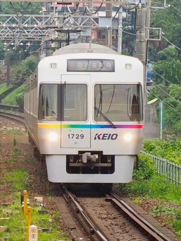 京王電鉄 井の頭線 1000系 電車【池ノ上駅】1729F レインボーカラー