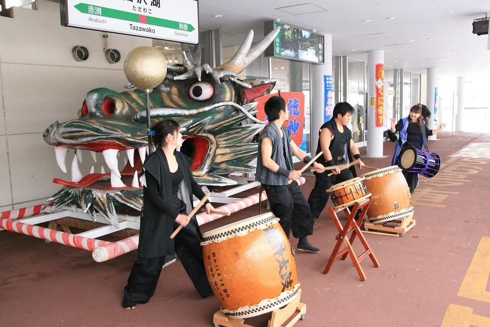 ブログ 田沢湖駅の歓迎太鼓.jpg
