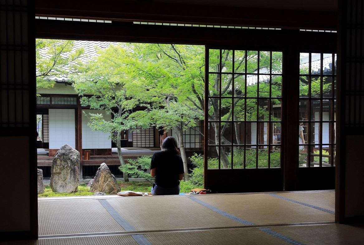 建長寺の「潮音庭」を眺める女性の外国人