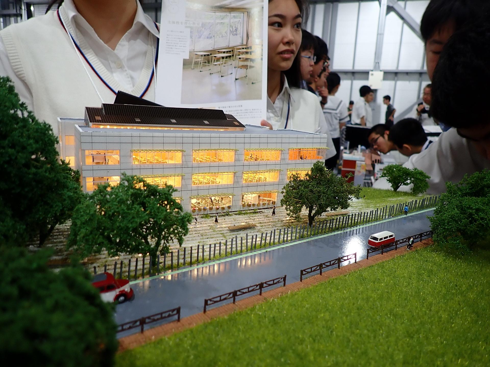 机の1つ1つの細部まで表現した学校校舎シーナリー展示。