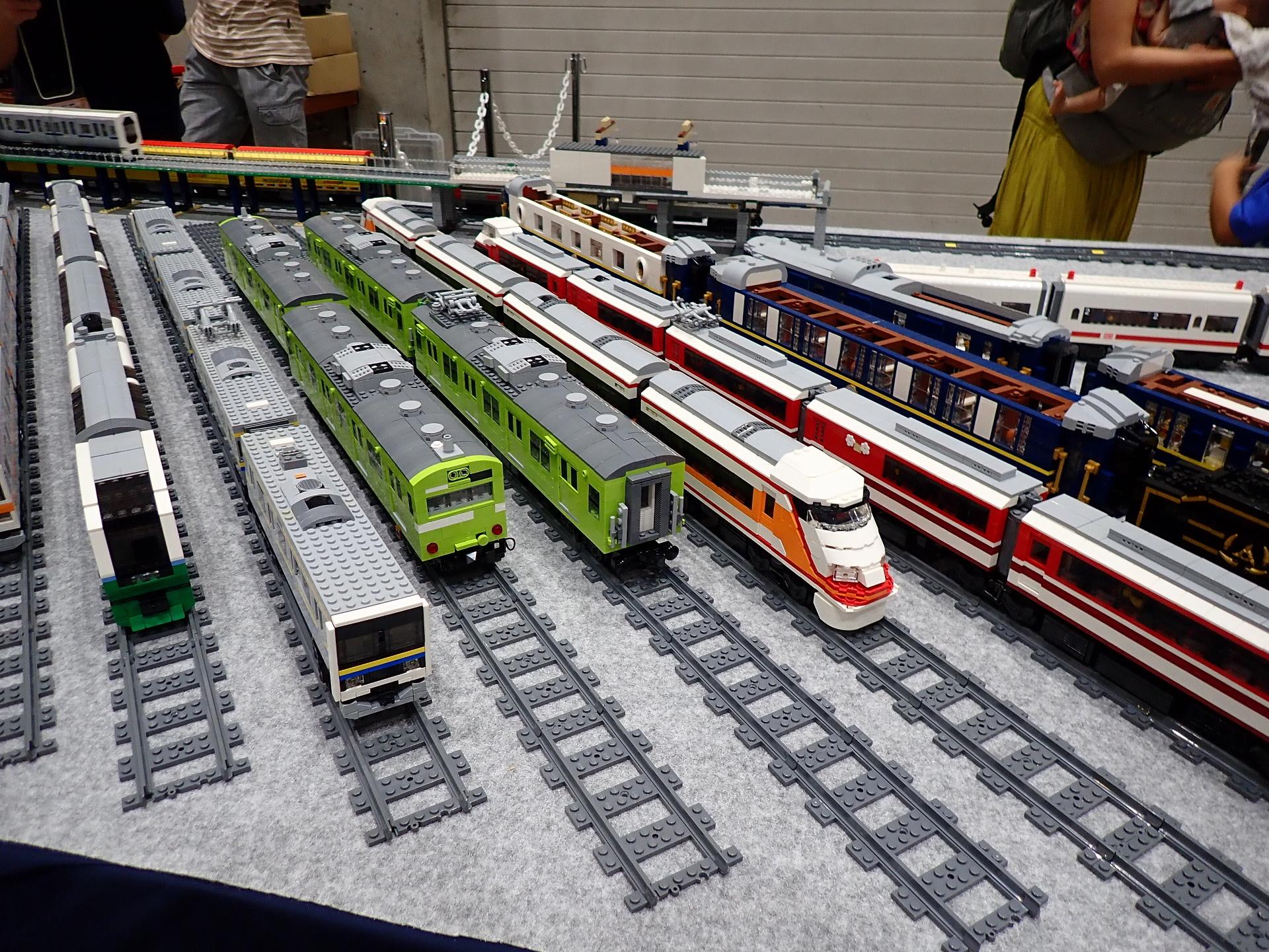 見事な造形のLゲージ列車群です。