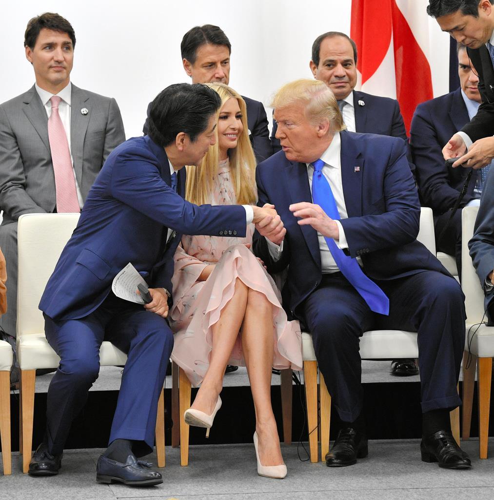 wor1906290025-p1_米国のイバンカ大統領補佐官(中央)を挟んで握手する安倍晋三首相(左)とトランプ米大統領=29日大阪市住之江区(代表撮影)