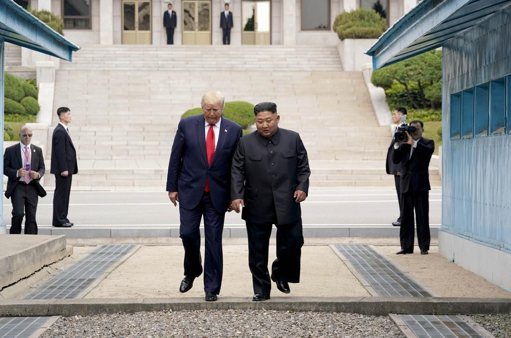 wor1906300042-p1_【米朝首脳会談】南北軍事境界線を越えて北朝鮮側から韓国側に入るトランプ米大統領(左)と北朝鮮の金正恩朝鮮労働党委員長=30日、板門店(ロイター)