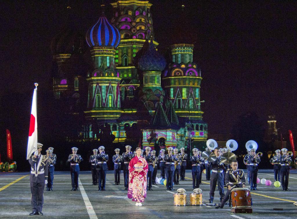 wor1908240024-p1_23日、モスクワの赤の広場で開かれた国際軍隊音楽祭「スパスカヤ塔」で演奏する陸上自衛隊中央音楽隊(共同)