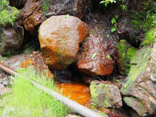 20190623・横谷渓谷2-08・岩が赤い
