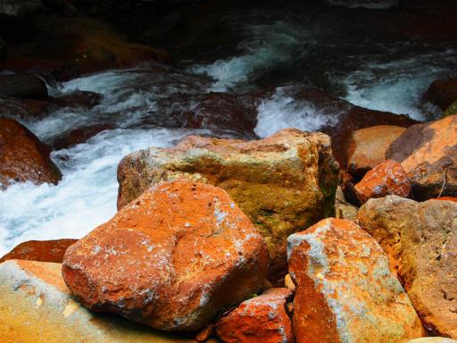 20190623・横谷渓谷3-07・岩が赤すぎ