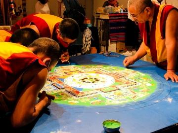 2019,6,29チベットフェスティバル ナムギャル寺本堂僧侶 薬師如来砂曼荼羅−2