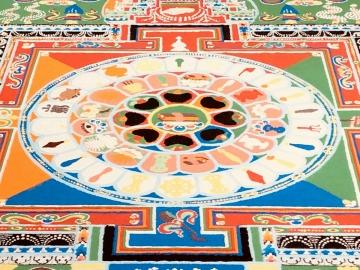 2019,6,29チベットフェスティバル ナムギャル寺本堂僧侶 薬師如来砂曼荼羅−中央部