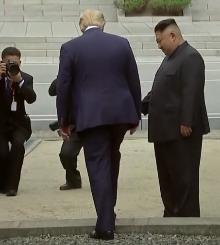 修 軍事境界線を越えるトランプ大統領