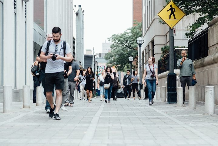 pedestrians-918471__480.jpg