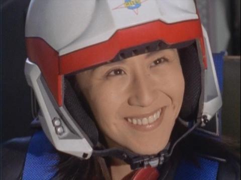 お茶目なダイナに思わず笑っちゃうユミムラ・リョウ隊員(演:斉藤りさ)