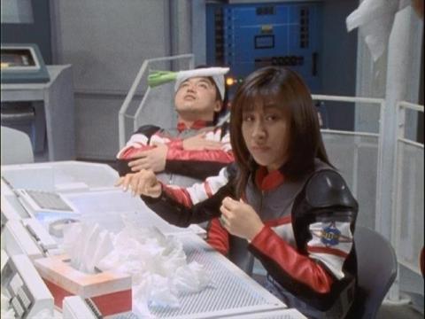 鼻をかむユミムラ・リョウ隊員(演:斉藤りさ)