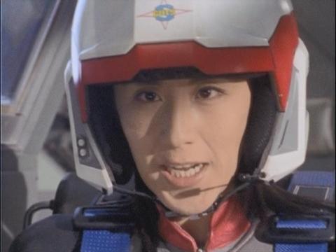 ソドムに冷却弾を投下するユミムラ・リョウ隊員(演:斉藤りさ)