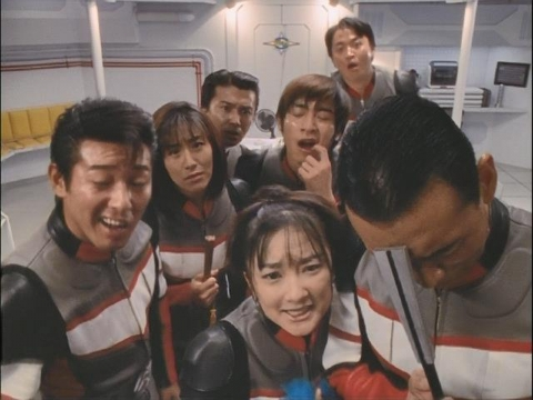 総監たちの足元の氷に呆れるユミムラ・リョウ隊員(演:斉藤りさ)