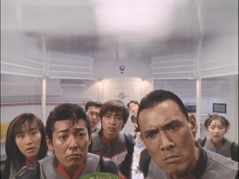 突拍子もない作戦に驚くユミムラ・リョウ隊員(演:斉藤りさ)