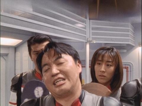 2500℃の体温に呆れるユミムラ・リョウ隊員(演:斉藤りさ)