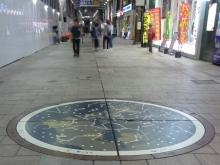 20:26 通りで下を見ると星座が