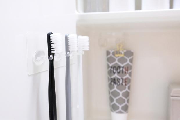 ニトリ・シールフック 歯ブラシホルダー 1本用・セリア・モノトーン歯ブラシ洗面台・鏡裏①
