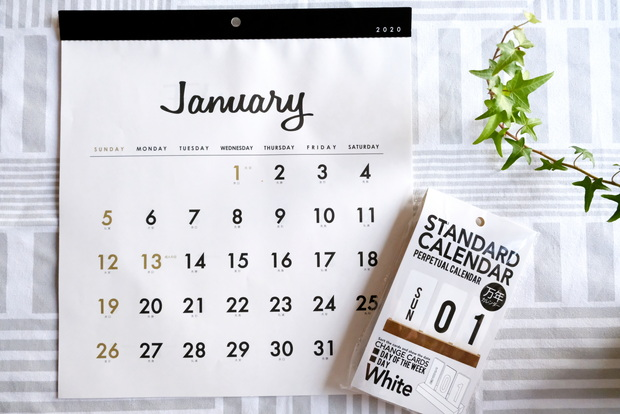 セリア・壁掛けカレンダー 正方形シンプル・DAYカレンダー①