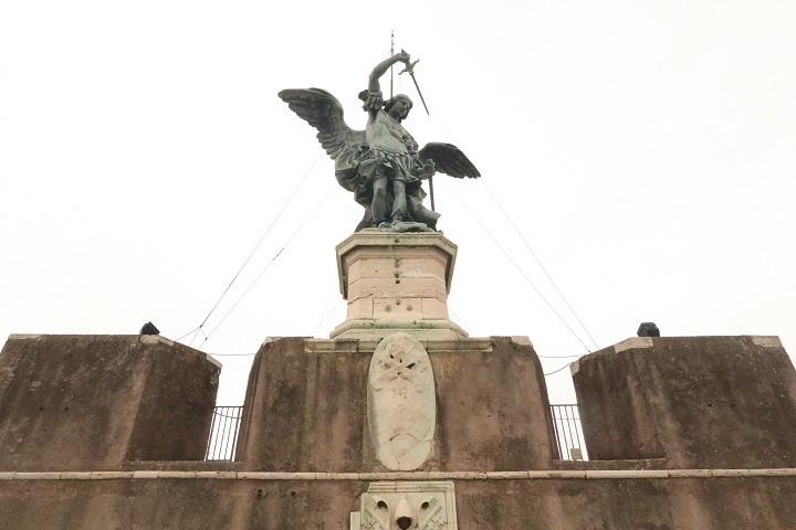 屋上の聖天使像