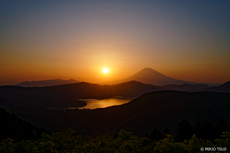 絶景探しの旅 - 0999 夕日に赤く染まる富士山と芦ノ湖 (神奈川県 箱根町)