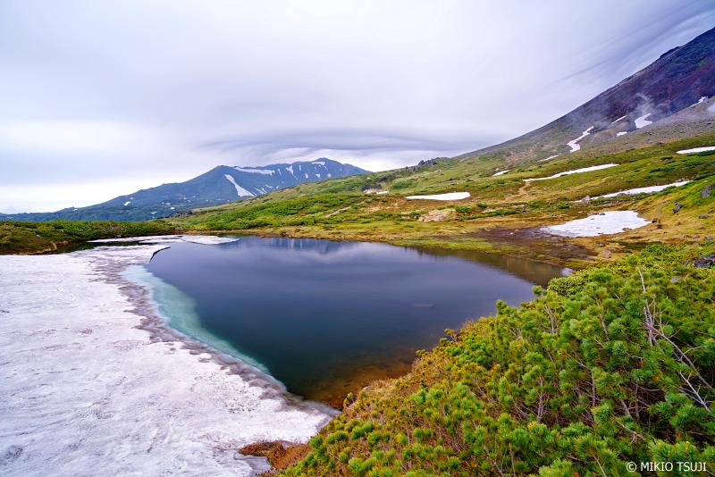 絶景探しの旅 - 1016 鏡池に映る雲と山の風景 (旭岳/北海道 東川町)
