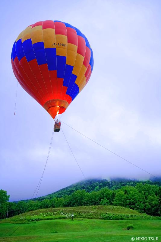 絶景探しの旅 - 1023 明け方の雲に包まれるトマム山と熱気球 (北海道 占冠村)