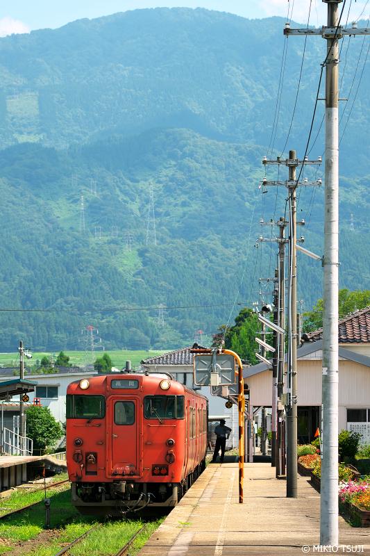 絶景探しの旅 - 1050 高清水山の見える城端駅の風景 (富山県 南砺市)