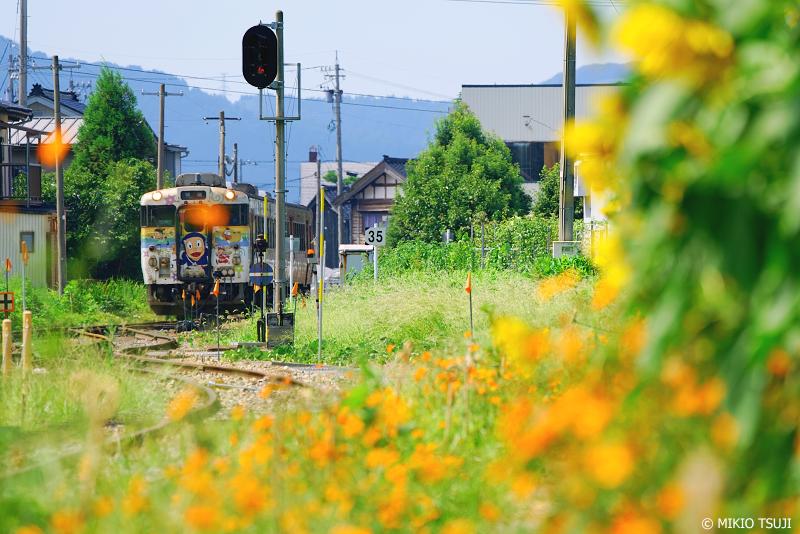 絶景探しの旅 -  1051 城端駅に入選する忍者ハットリくん列車 (富山県 南砺市)