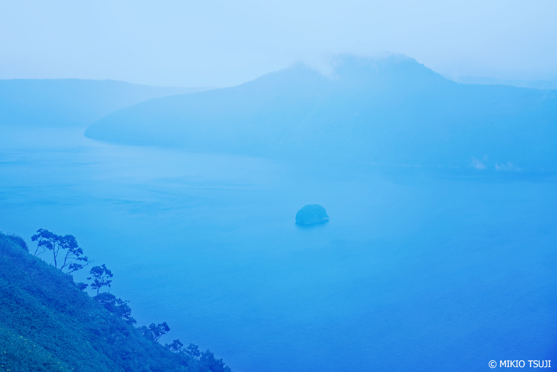 絶景探しの旅 - 1056 青い霧の摩周湖 (摩周第三展望台/北海道 弟子屈町)