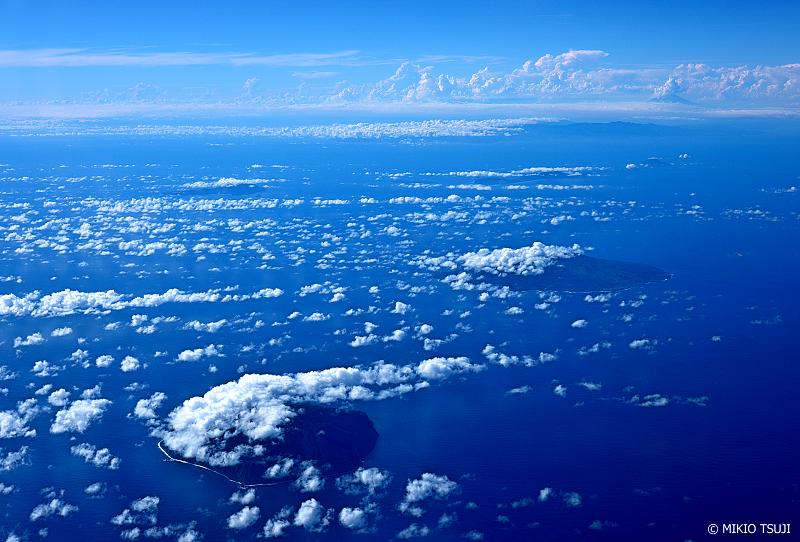 絶景探しの旅 - 1068 青い海と空と島と (三宅島・御蔵島/東京都 御蔵島村上空)