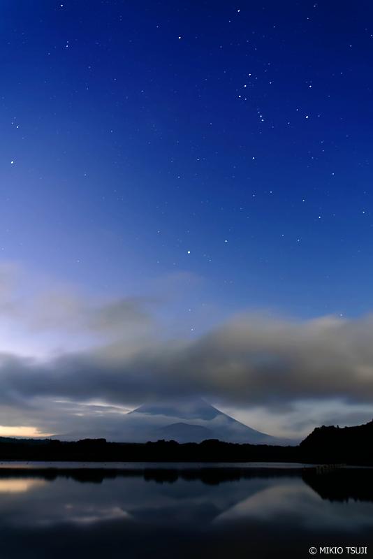 絶景探しの旅 -  1076 オリオン座と精進湖 (山梨県 富士河口湖町)