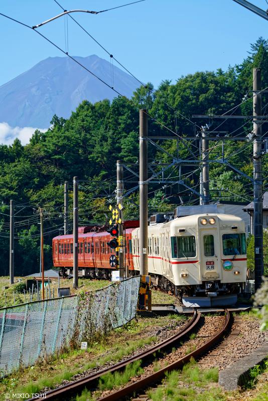 絶景探しの旅 -  1080 富士山を背に走る快速「富士登山電車」 (山梨県 富士吉田市)
