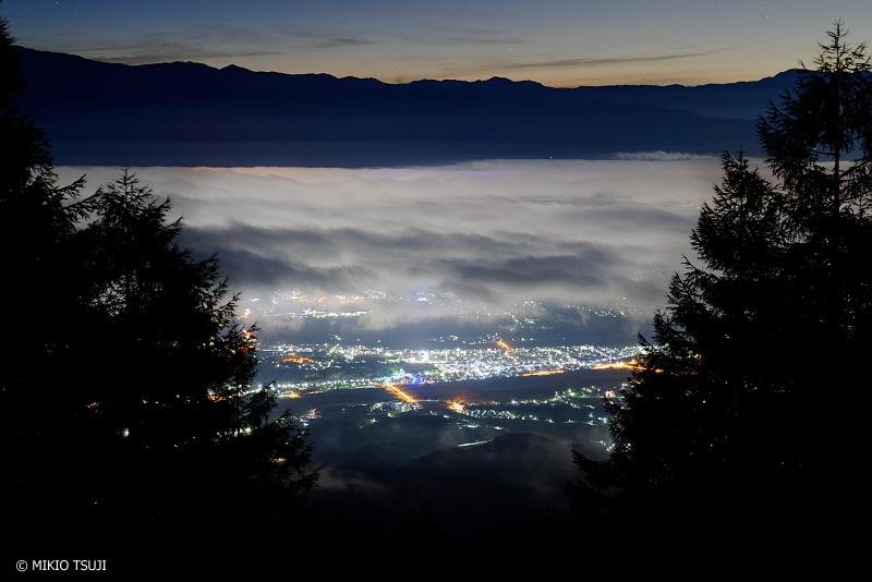 絶景探しの旅 -  1081 夜の雲海に覆われる街 (甘利山 山梨県 韮崎市)