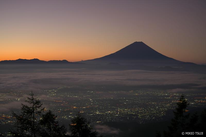 絶景探しの旅 - 1084 明らむ空と富士山 (甘利山/山梨県 韮崎市)